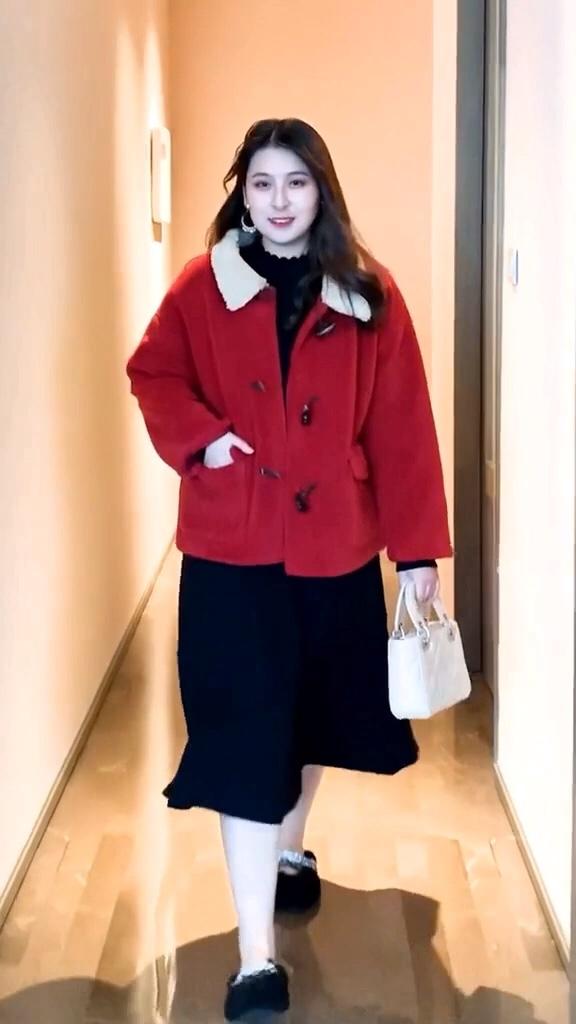 #大降温!你为过冬做了哪些准备?#  被评为最受胖女生欢迎的秋季外套,你想拥有哪一套呢?一款打底针织连衣裙单穿或者搭配外套大衣都可以的喔……