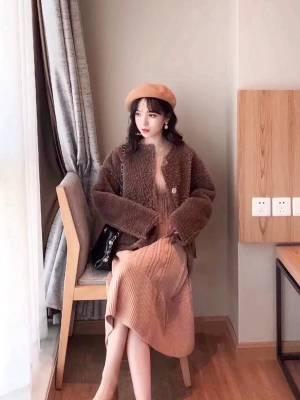 #冬日约会穿搭,一眼就惊艳!# so funny !👻穿上这一套太洋气了!秋冬的时候我特别喜欢这种咖啡色搭配,低调内敛而且显得比较有气质。黃皮黑皮穿这个颜色也更显白✌🏻