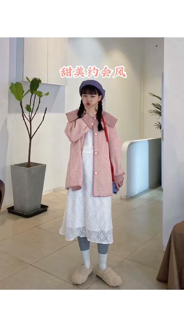#被评为今年最保暖的外套# 今天推荐一套甜甜的穿搭,约会的仙女必须安排! 白色仙仙的连衣裙,搭配粉色的大翻领外套,少女感的清新啦~ 整个穿在一起,超级甜美的 一整套太喜欢了!!!一定安排上