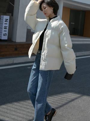 冬天这样穿棉服真的很美 VV:身高167cm,體重45kg,試穿S碼&均碼 LOOK:冬季就是棉衣的秀场啦短款棉衣真的是又俏皮又有活力是时下很流行的宽松面包服款式内里填充棉充足,所以保暖性很好小立领设计,经典又时尚,还可以搭配围巾短款设计,更是能修饰身材比例,显腿长 秋高气爽,自然是少不了高领单品啦这款堆堆领的T恤就是我们精心挑选的啦面料是很柔软的触感,上身很舒适领子的高度也是精心设计的,堆堆领穿着很时髦整体是直筒版型,不会太贴身所以单穿也没问题,不用担心透肉哦打底当然也是非常合适的,风衣或者马甲都很不错 牛仔裤的经典基本不用多说了吧简直是百搭界从不缺席的单品了这款直筒牛仔裤的颜色真的是敲好看而且深蓝色还非常的显瘦哦我们试搭了很多颜色的上衣都很合适口袋处的基础破洞设计也算是一个小心机设计啦一个小小的亮点给衣服増色不少#入冬被窝式羽绒服推荐#