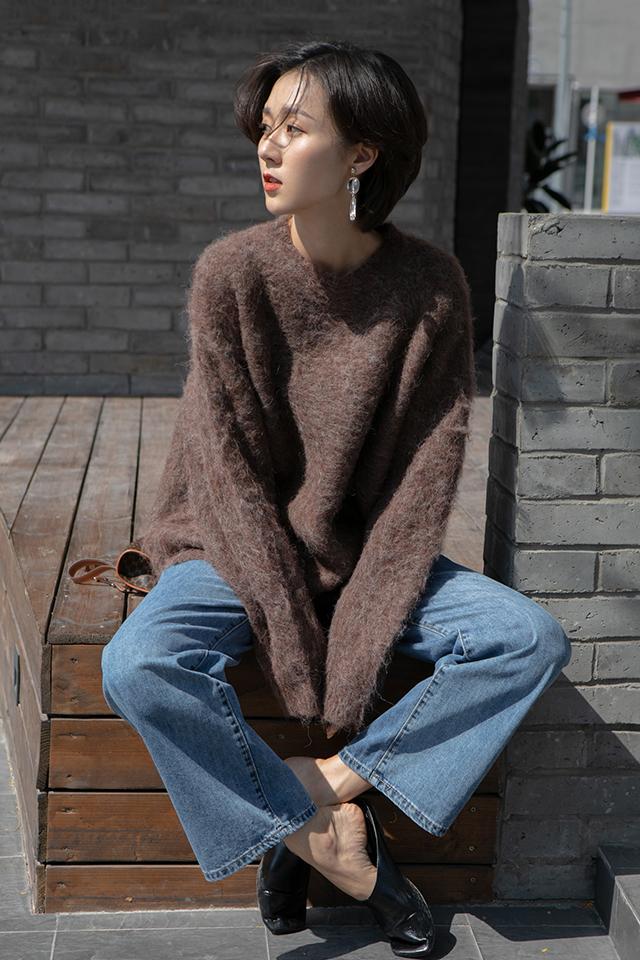 冬天就是毛衣的天下,既要保暖又要好看 VV:身高167cm,體重45kg,試穿S碼&均碼 LOOK:这款毛衣穿上身真的是炒鸡舒适非常舒服柔软的浣熊绒面料是进口机器刷出来的绒毛,特别有毛感,建议轻柔手洗因为是长毛的样式,会有略微的起球现象出门前用毛刷清理一下就可以美美的出门啦整体宽松的版型,不挑人,胖瘦都可以穿哦搭配短裙或者长裤都是很OK的 牛仔裤的经典基本不用多说了吧简直是百搭界从不缺席的单品了这款直筒牛仔裤的颜色真的是敲好看而且深蓝色还非常的显瘦哦我们试搭了很多颜色的上衣都很合适口袋处的基础破洞设计也算是一个小心机设计啦一个小小的亮点给衣服増色不少#冬天直男最爱的女生穿搭?#