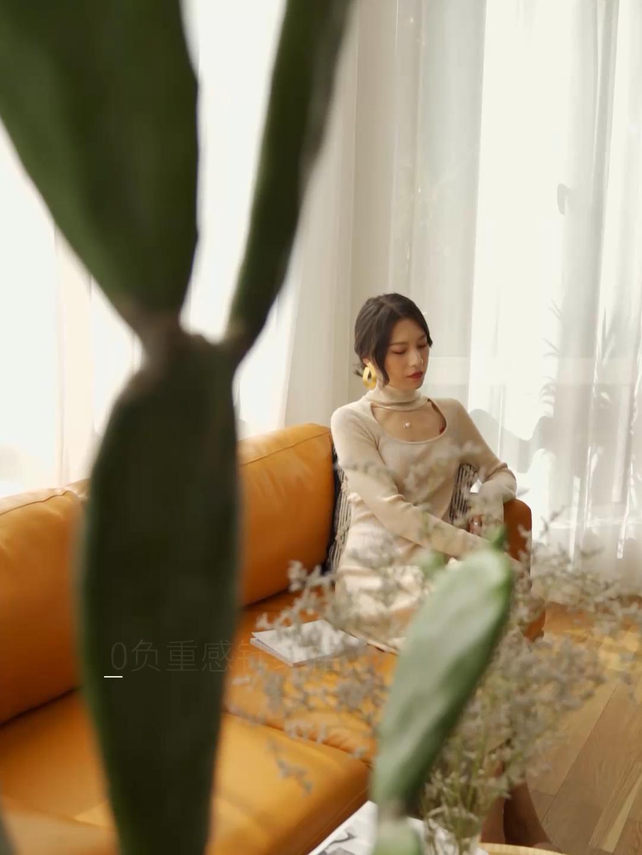 #冬日奶茶系女生甜炸了!# 大姐姐家的一款裙子 太好看了! 胸前的露洞设计非常性感 针织长款连衣裙完美的展示了女生的曲线 很好看呢~ 搭配一个腋下包!非常气质优雅