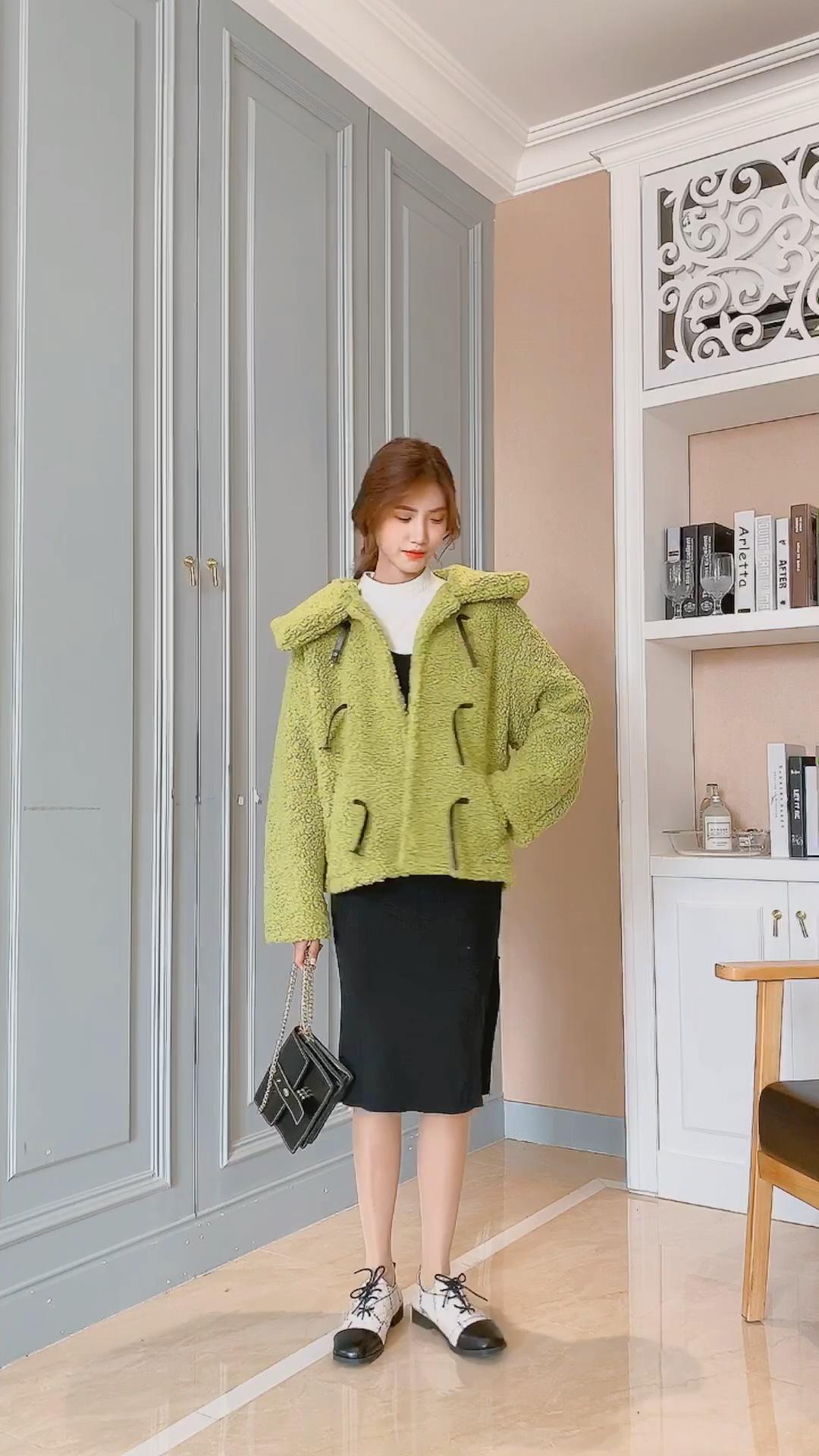 #厚外套+裙子=秋冬保暖cp# 安利一件非常保暖的羊羔毛外套 芥末绿色看起来非常显白小清新的,很减龄 内搭一件非常好看的连衣裙,看起来非常网红时尚,性价比也是很高哦 其他的还没有上新哦,也是非常网红的新款 喜欢的宝宝可以加关注的哦~🥰🥰