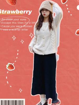 #适合圣诞新年穿的毛衣来了!# 米色针织毛衣开衫➕黑色针织修身半裙 寒冷的冬季 外面暖和  里面就要好看呦 黑白配 是颜值党的爱啦