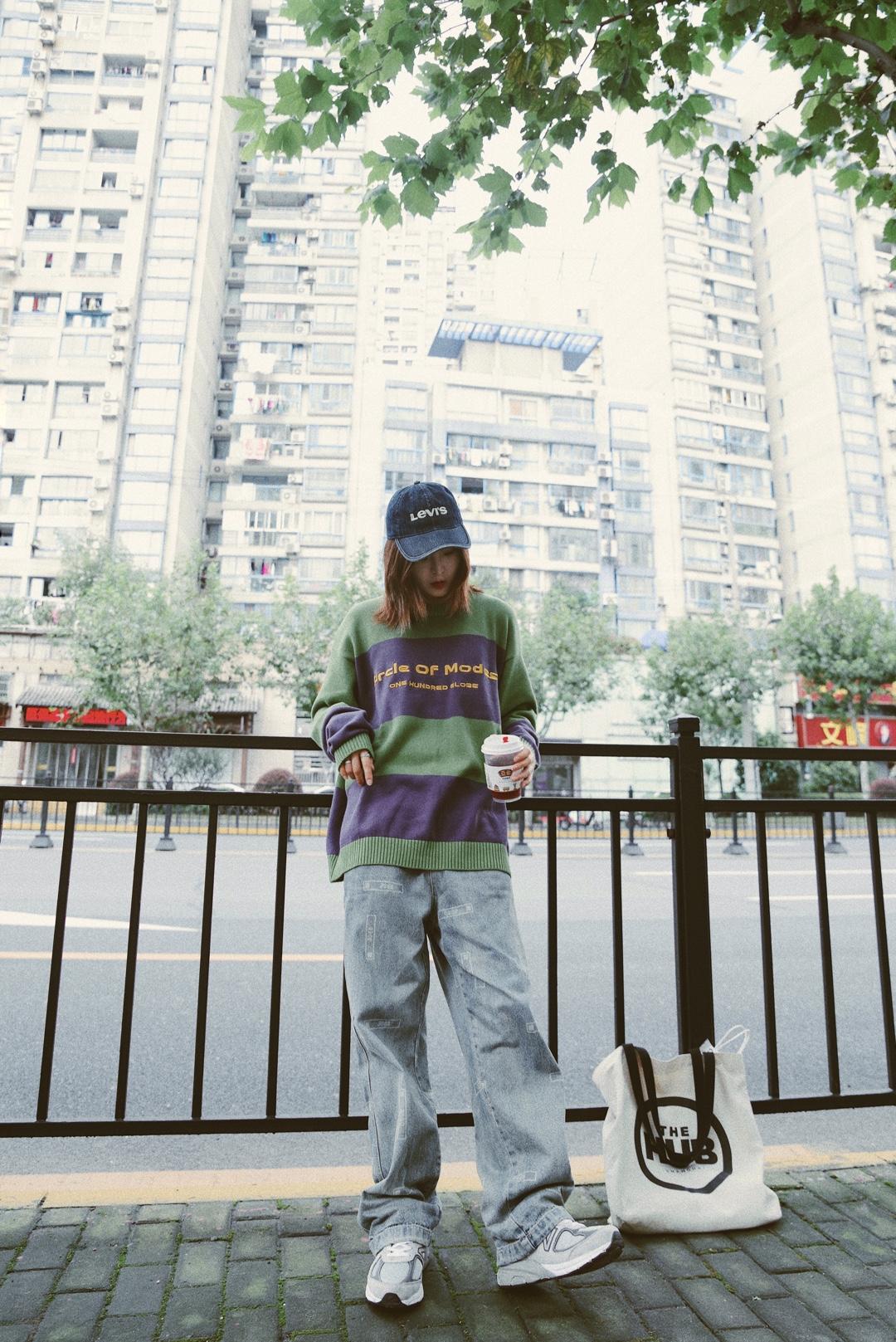上衣:VENGETICE  宽松版型的条纹针织衫!这款毛衣面料真的超舒服,双色条纹拼接,前后幅主题印花点缀, 搭配上一条牛仔裤就很ok了,紫色与绿色的对比色运用,撞色让整体搭配更有时尚感,我选择牛仔裤,让整体更有街头感  裤子:FEAROM  太空主题满版宽松阔腿激光水洗牛仔裤,厚度这个天气非常适合了  #室外0℃,室内20℃怎么穿?#