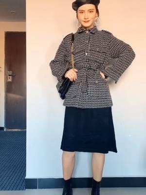 秋冬穿搭  #12月第一件外套买这件!# 今年的小香风一定要拥有一件 黑白色最经典 好穿不出错 有腰带的款式更讨喜更显瘦 搭配黑色针织连衣裙显瘦又保暖