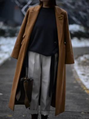 大衣+羊绒衫,最常见的冬季搭配公式。紫色很特别又🈶️女人味,值得尝试~ #适合圣诞新年穿的毛衣来了!#