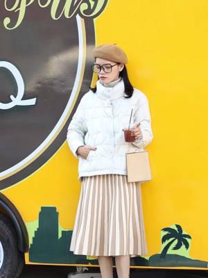Jade今日穿搭分享~ 很仙气的一套穿搭LOOK~ 内搭是一件高领毛衣搭配一条条纹半裙 外搭一条白色高领羽绒服 搭配贝雷帽和卡其色手拿包#备战双十二!这些外套必囤!#