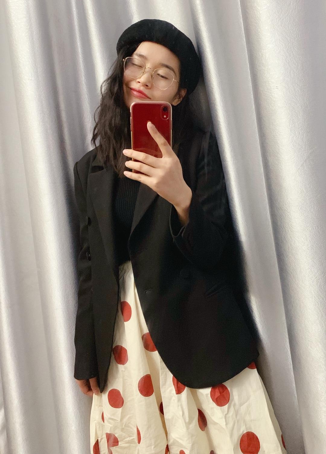 #今天穿什么# 黑色双排扣西服 收腰显瘦版型好,配上橘色波点裙  显的不那么成熟