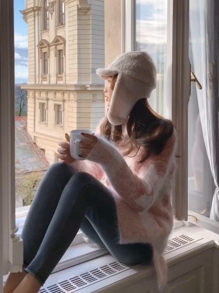 """①美出新高度雪花毛衣 —含31%兔毛,温暖不扎—  """"雪一片一片一片一片,拼出你我的缘份"""" 裹上这款美到无法呼吸的雪花毛衣 耳边总会响起范晓萱那首红遍全国的《雪人》 穿着浪漫迷人,非常适合过圣诞节穿 不管小仙女还是大女人演绎,都有种至美至纯的唯美感 清纯脱俗的初恋白和甜美梦幻的樱花粉 给你描绘出一个圣洁祥和的冬天,满足你天真烂漫的少女梦 别家很难找到颜色这么绝美的毛衣 简直就是为毛衣控而生一款,入股jue对不亏!  舒服大方的休闲版型,好穿不挑人 懒洋洋的秋冬,就喜欢穿这样慵懒调调的毛衣 毛绒绒的一件,暖暖的既亲肤又扎 因为选用温暖感10足的真貂毛纱线,含31%兔毛 毛感非常柔软细腻,不用穿打底也不会觉得扎 最主要的是它的毛感非常密实,摸起来特别流畅顺滑 加上毛针平整的高密织法,织出来的毛衣每件都很精美 纱线的颜色是特殊定染的,市面上看不到这样色调朦胧的毛衣 独一份的绝.美,只给温暖纯良的你~~ #这套圣诞装,赢过所以小姐妹#"""