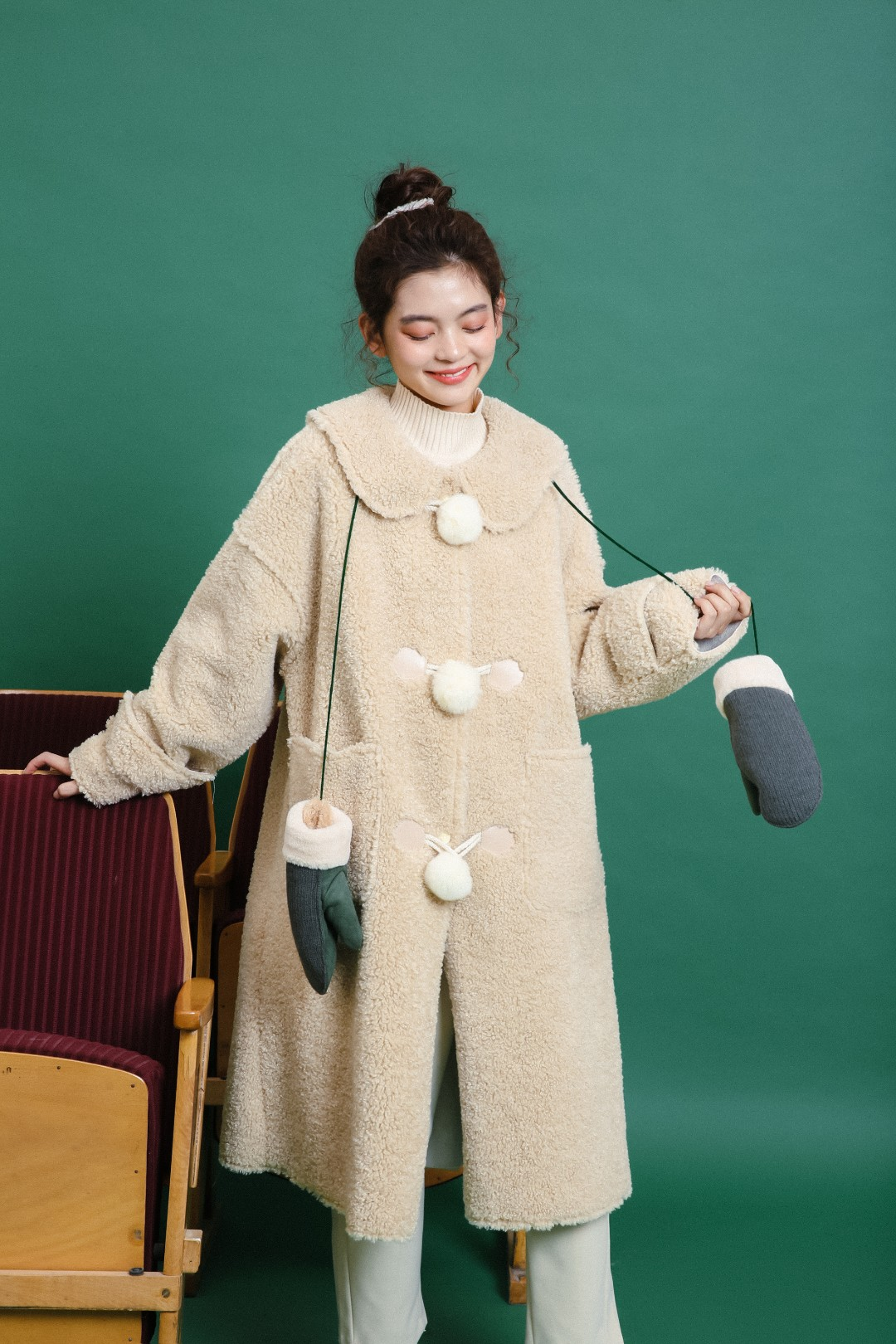 #稳赢!年底聚会战袍推荐#秋冬季都离不开软糯的羊羔毛外套🐑,这一款实用又兼顾造型的时尚单品✨,娃娃领设计凸显女孩子的可爱气息😋,三粒毛球门襟温暖减龄又防风御寒☃,双侧贴袋便于置放或保暖双手🤲,通体羊羔毛触感弥漫出绵软的暖意🔥,长款的直筒版型轻松驾驭任何搭配💕