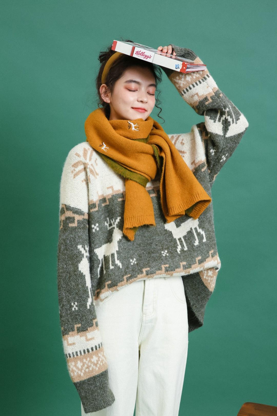 #圣诞心愿好物集#这款提花毛衣一看就是圣诞款🎅,螺纹圆领套头设计基础又实用😘,麋鹿和雪花图案点缀圣诞气息🎄,不同色彩和花纹碰撞打破单调✨,纱线细腻柔软上身毫无束缚感,💫搭配西装毛呢装有点小复古哦😜
