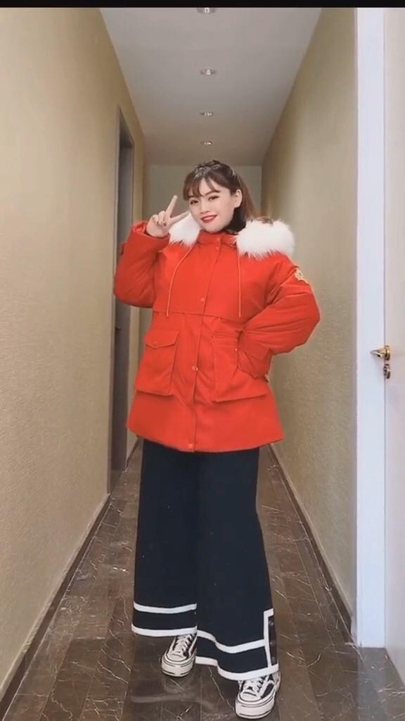 #微胖女孩冬日如何显瘦?#  跨年这样穿,2020年肯定红红火火~红色棉服这样穿超百搭好看哟!遮肉显瘦喔……