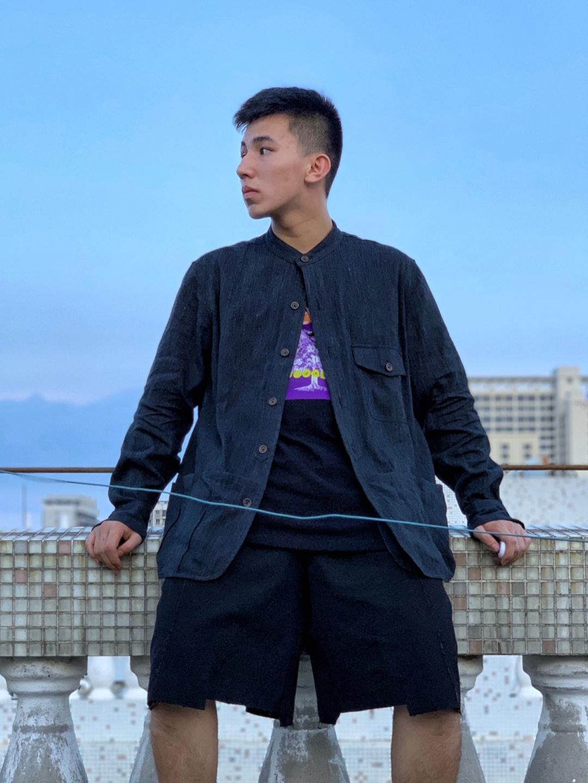 在东南沿海20度左右的天气可以通过长外套配短裤惹眼,以颜色点缀纯色搭配一直是我喜欢的方式,这个外套偏中国风也是今年十分流行的款式#今天穿什么#