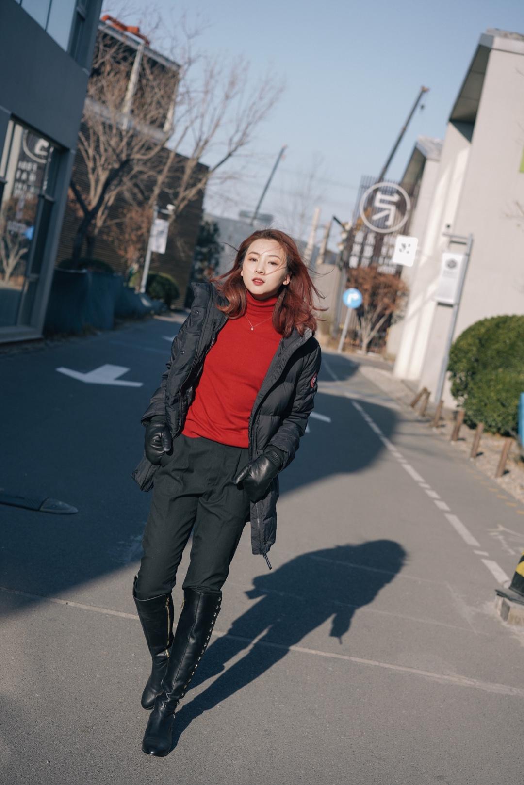"""过年讨喜的开运红look ✨ 过年回家身上总要有点红,老人们才觉得喜庆。还得很暖和才行,觉得闺女长大了,再也不是当年那个""""老了以后肯定冻出关节炎""""的叛逆崽。 ✨ 同时满足这两点,我的思路是裹好厚厚的羽绒服,用内搭红色毛衣来点亮。 ✨ 如果冬天只允许我拥有一件羽绒服,我会选黑色大鹅,不仅百搭潇洒不显臃肿,关键真的超暖和!拍照那天北京刮八级风,体感温度-15度,裹上大鹅真的不怕了。冬天很值得投资一件,穿个小十年问题不大。 ✨ 进屋就可以把羽绒服脱下来了,露出喜庆的红毛衣跟家人们吃饭合影,只要有一点红就足够。 ✨ 羽绒服:Canada Goose 红色针织衫:Massimo Dutti 西裤:旧款 皮靴:Michael Kors 韦思嘉:混迹时尚圈的清华工科小姐姐。 #今天穿什么#"""