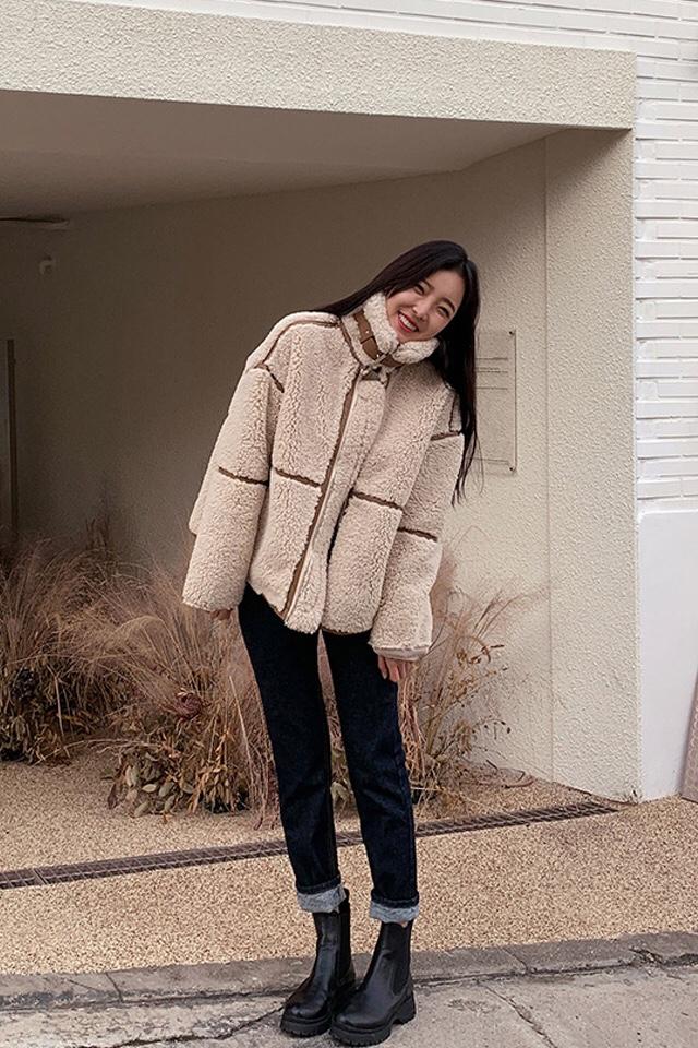 #冷空气续命穿搭# 옷의 매트한 원단을 맞대고, 스웨이드 패딩 원단을 약화시킨 비대해함, 평범한 디자인을 생동감 있게! 넥 디자인 입니를 입고 스타일을 연출할 수 있다. 목덜미 온도 채워줄게!