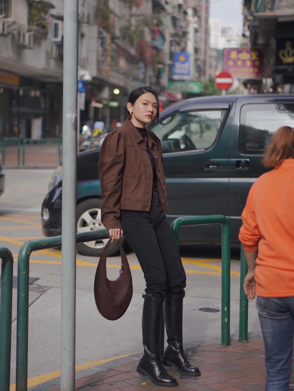 最近喜欢的一件棕色牛仔外套🏾  搭配有很多方法,不要一模一样照搬,要先了解自己身材的优缺点,学会扬长避短,这样搭配出来的效果可以让你加分很多。  🔗棕色牛仔外套:LPA 🔗高领衣:HELMUT LANG  🔗牛仔裤:COS 🔗靴子:BELLE  🔗包包:Vintage Bvlgari  #30天打卡挑战#