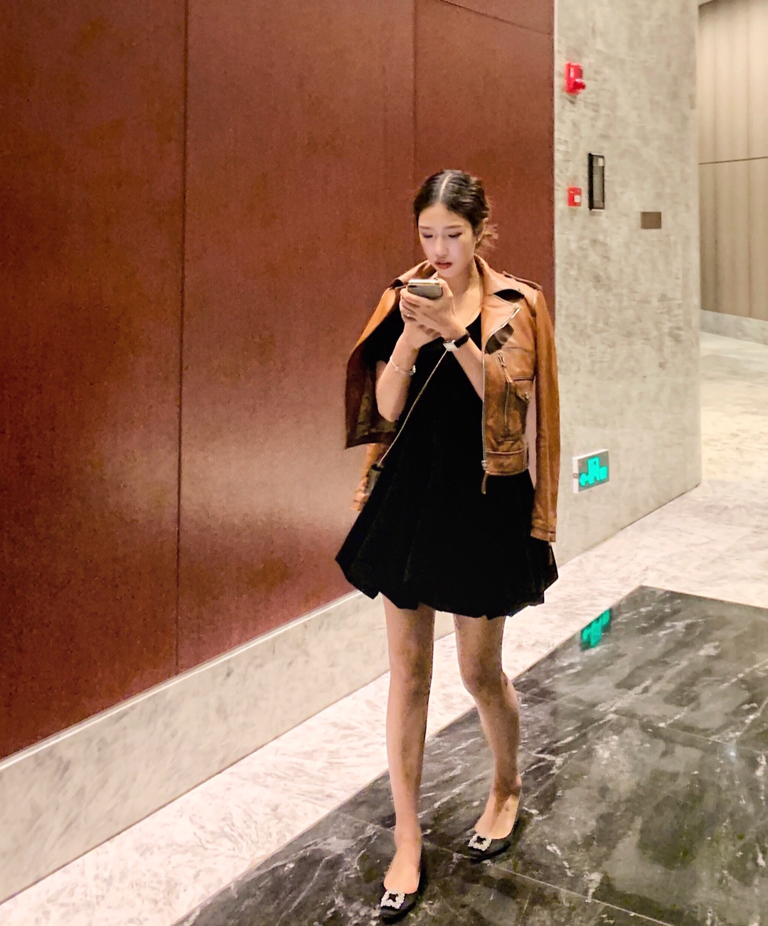 过年聚会这么穿 全场焦点就是你 皮衣➕丝绒裙 显瘦又显女人味 谁穿谁时髦! #30天打卡挑战#