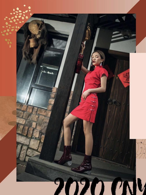 """大年初二   不免俗,穿旗袍  中国传统里,红色用来驱赶年兽,庚子鼠年也希望它能驱散新病毒🧨想把中式旗袍穿得日常并不难,搭配一些现代感单品就好:  🌟夸张耳饰。在这个万物皆可挂上耳朵的时代,用一些夸张的耳饰中和旗袍的古韵感。  🌟水晶短靴。漆皮短靴的鞋跟是水晶质感,复古又前卫,车厘子色也和短款旗袍很match。  🌟链条手包。金属代表摩登,旗袍则代表复古。看似是简单的混搭却在色调上秉持了统一,日常出街使用完美!  Ps:对于旗袍的选择也是有讲究的哦,侧面盘扣会让旗袍的民国元素没有那么""""显露"""",更适合日常穿上街~  耳环:Moschino x Budweiser 旗袍:Shanghai Tang x Budweiser 手袋:Rfactory 短靴:Choco Concert  #新年新衣#"""