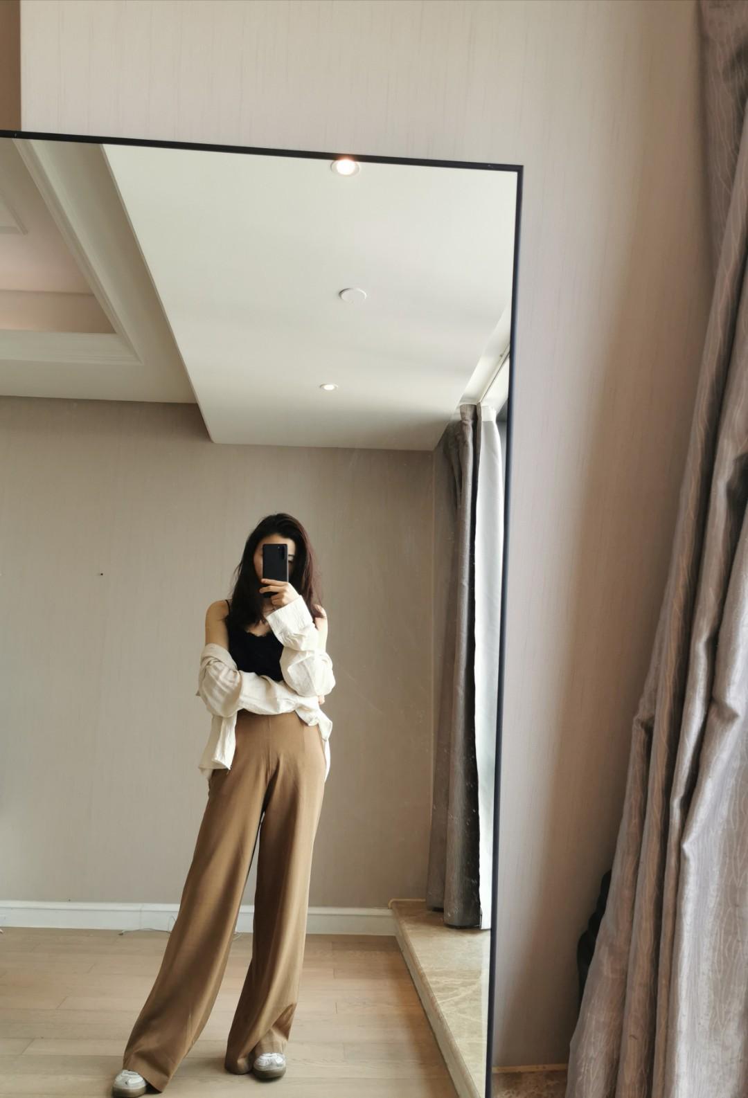 #早春LOOK#     卡其色的裤子 搭配度很高 尤其我这种性冷淡风格 高腰松紧带 拉长比例 把腰臀比的劣势遮盖住了 料子不是很厚 可以穿 感觉是一条穿越四季的裤子