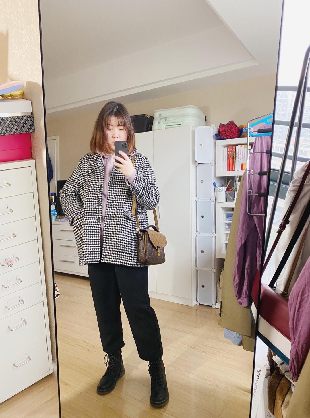 混搭周二 今天穿回喜欢的紫色卫衣 外搭黑白格好像也不太违和   #全民搭配挑战赛#