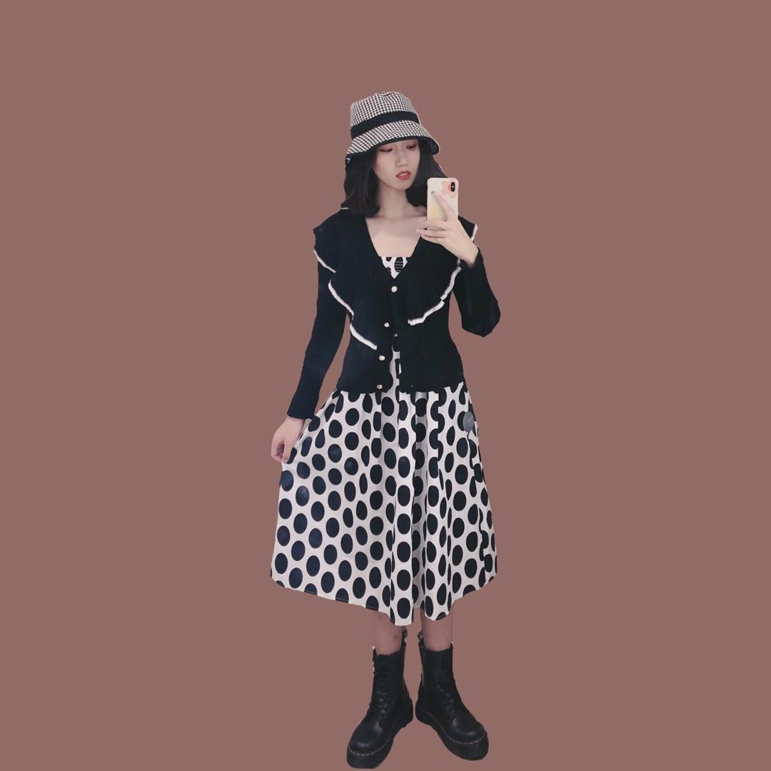 波点吊带裙还有点早啦,配上一个外搭就好了,搭配马丁靴和渔夫帽,妥妥的复古风 #全民搭配挑战赛#