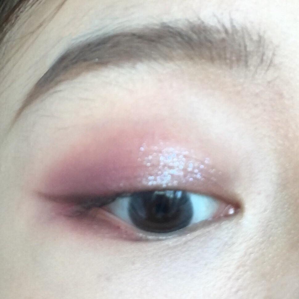 藕紫色眼妆 今天又是一期眼妆分享,打底色用的是藕紫色,眼尾加深,眼中提亮用的是的橘朵的单色眼影,是一个蓝紫色的偏光色,和紫色眼影搭配一绝! 我有一个小TIP:眼线用一个深棕色眼影色来画更自然哦!不会像眼线液笔那么生硬,记得上色之前先沾湿眼线刷更容易上色!仙女们一起试试紫色的眼妆吧!🍥@蘑菇美颜社 @蘑菇look君 @蘑菇街官方   #全民搭配挑战赛#