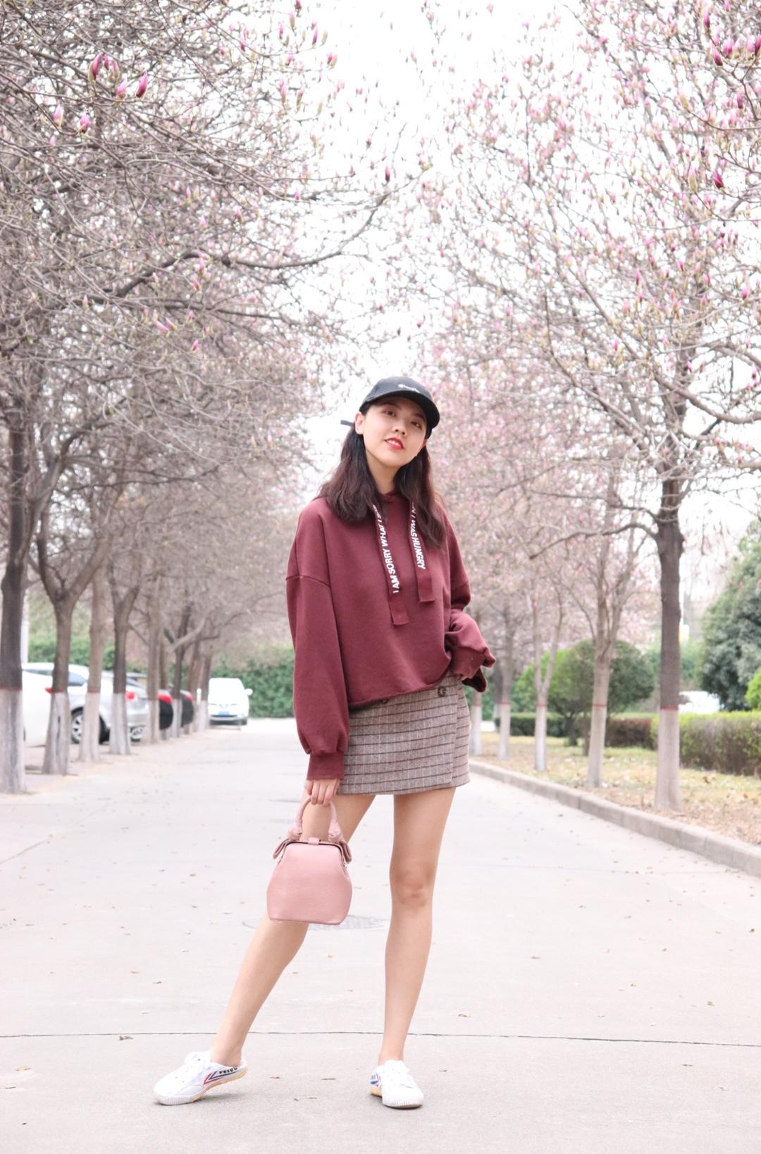 ✨留言你的身高体重,帮你解决穿搭烦恼✨ 春季必备单品卫衣!上身的这件卫衣是短款版型,下身搭配高腰单品都可以,酒红色也很显肤白哦,版型很宽松打造休闲感。下身我搭配了一条高腰半身裙,很青春有活力,再来一顶棒球帽超显年轻! #全民搭配挑战赛#