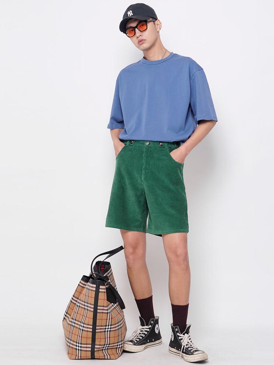 夏日男生街头穿搭 色调很重要 夏天的午后也该为这一周的生活准备些日常用品啦,穿上我的彩色短裤,上衣搭配一件宽松的T恤,帽子是必不可少的防晒品,对了!我很喜欢这个超大的包包! 帽子 NY 🕶️墨镜 韩国购买 👕T恤 松林火山 🩳短裤 松林火山 🧦袜子 优衣库 👟鞋子 匡威 🎒包包 burberry #身边帅哥大公开#