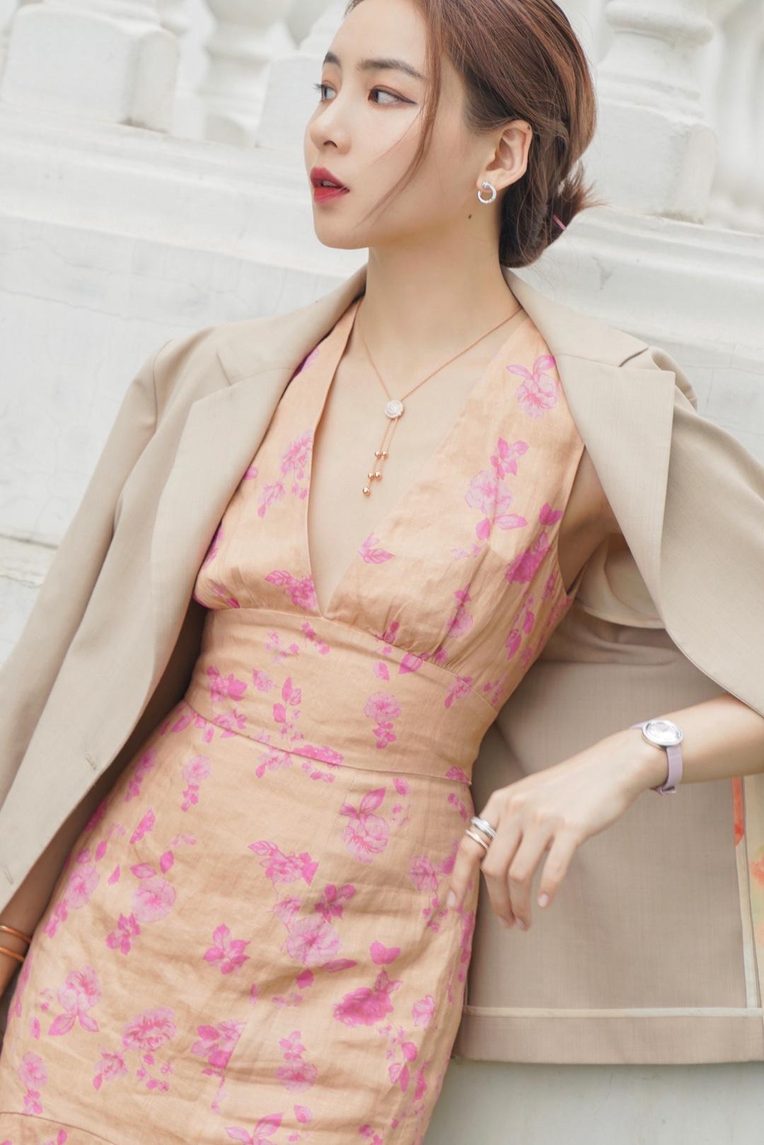 砂糖蜜桃系 |变身韩剧里的财阀大小姐🍑  初夏的颜色总是暖而温柔的。 ✨ 近期出门特别爱扮温柔,尤其喜欢砂糖蜜桃系的穿搭,知性大方,也很适合黄皮肤的亚洲人,穿在身上显得气质好好。 ✨ 喜欢鱼尾裙罩西装,女人味很足,端庄但不刻意,裙上的蜜粉色花朵与草地相映成一幅油画,是给夏日降温的质感底色。 ✨ 包袋和单鞋也顺了砂糖蜜桃的色系,焦糖拿铁色的包包,亮橘色的亮片单鞋,让色彩层次更丰富,甜蜜加分。 ✨ 珠宝来自大小姐们偏爱的Piaget伯爵,Possession时来运转系列,贵气又精致,项链垂下来的小串珠可以很好的拉长颈部线条,弥补胸前空白,穿低领和深V的时候,玫瑰金在阳光闪着若隐若现的光芒,显得无比温柔。 ✨ 快到520了,turn for extraordinary love,爱自己,也是非常重要的事。 ✨ 包包:Everlane 西服:Howl 裙子:keepsake 鞋子:MiuMiu 饰品:PIAGET伯爵 韦思嘉:混迹时尚圈的清华工科小姐姐。 #2020连衣裙穿搭图鉴#