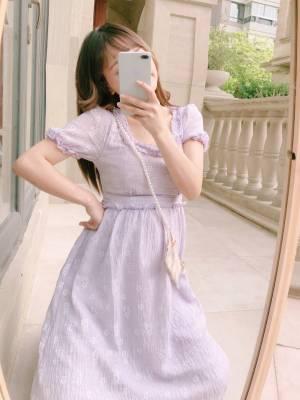 最近最爱的一款裙子 温柔紫显皮肤白 我这大黄皮都能轻松驾驭 真丝皱面料又软又舒服 阳光下泛着微微的珠光 #出游穿什么#
