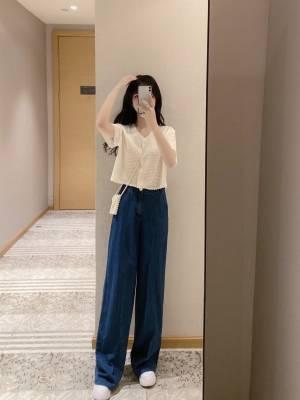 我发现蓝白配色的搭配又美又日常! 从小就喜欢蓝色,夏天也爱穿蓝色的牛仔裙。 渐入初秋,姐妹们这套可以GET了。深蓝的开叉裙气质满满,遮瑕还防晒;搭配的乳白单排扣针织衫显高又实用。 #高考穿什么#