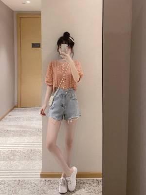 高考季,穿漂亮会小宇宙爆发! 今天穿的桔色上衣,3D面料质感柔和,单排扣复古修身显瘦。 搭配斜扣高腰短裤尽显大长腿,配色明朗不张扬。 #高考穿什么#