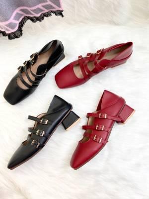 """"""" 玛丽珍鞋 """" 浓浓的复古感💫 瞬间好像回到了梦露的那个年代💃🏻 小方头上脚就是有不一样的别致感✨ 双穿的设计也是非常贴心☺️ 4公分的跟高不累脚,保持优雅的同时还特别稳当 你们会不会一看到它就很想披上风衣🧥过秋天的感觉呢? #小个子穿搭#"""