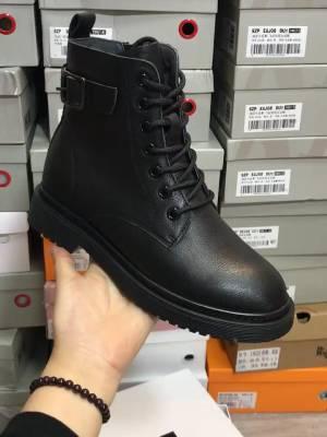 百丽气孔马丁靴,质感很好,版型好  #今天穿什么鞋#