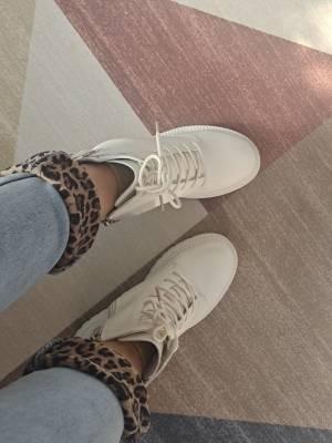 绝美了。人生第一双白色马丁靴。以前都是黑色,,没想到白色这么好看,衬衣是甜心家以前的款。裤子也是甜心家的