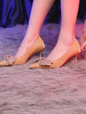 精致卡米女鞋:  每个女孩都是公主,无论是在破阁楼还是在城堡,都应该仙气飘飘。 #卡米女鞋##精致女人##高跟鞋#