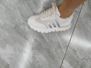 我很少评论的,这次买的鞋子超级轻,穿起来超级舒服,码数合适,超级喜欢,感谢叶子推荐 #叶子yzzz粉丝晒单#