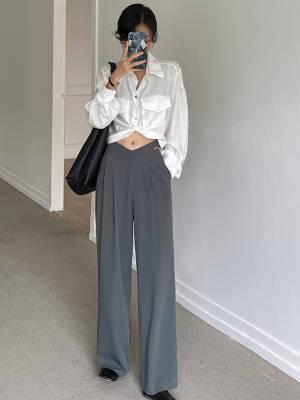 单排扣纯色大口袋截短长袖衬衫+纯色垂感露腰高腰直筒休闲长裤 VV:身高167cm,體重45kg,試穿S碼&均碼 LOOK:真的是太喜欢短款的上衣了,炒鸡适合小个子姐妹因为可以很好的修饰腰腿比例,大长腿轻松get 宽松的衬衫版型,而且面料很柔软舒适,肤感真的棒棒哒身前的大口袋设计也很有休闲范,搭配裤子或者裙子都ok 这条裤子的设计感真的是辣妹Bl备的款,很凸显优势哦裤子整体是高腰的设计,身前设计成了低腰露脐款式小蛮腰大胆的秀出来~上身就是辣妹本妹大腿处的收褶设计很遮胯,裤腿是直筒的,很修饰腿型显腿直面料是很顺滑有垂感的面料,透气性也好,上身很舒适哦 #穿搭日志#